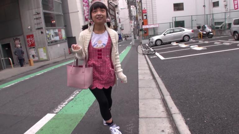 川島くるみ 街で良く見る違和感カップル。写真だけのコスプレ撮影。135cm.mkv_000049114
